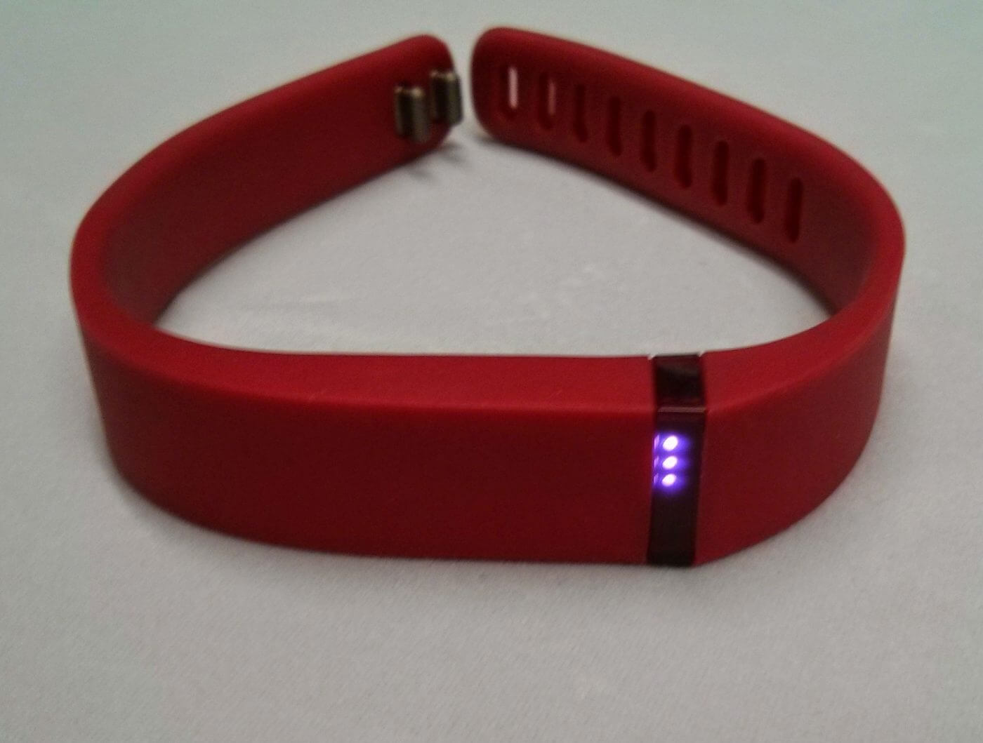 Fitbit flex review geek news central the flex has an internal rechargeable battery which lasts about 5 days between charges to charge the flex up the tracker unit is taken out of the sciox Image collections